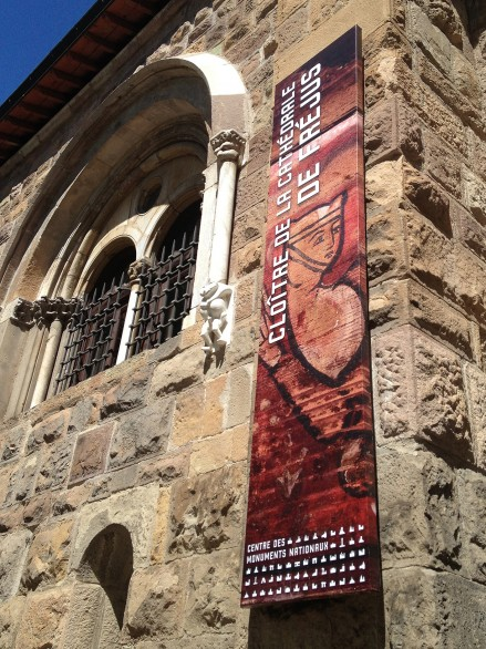 Tout pour plaire - mobilier - signalétique - kakemono - bannière - catédrale de Fréjus - centre des monuments nationaux